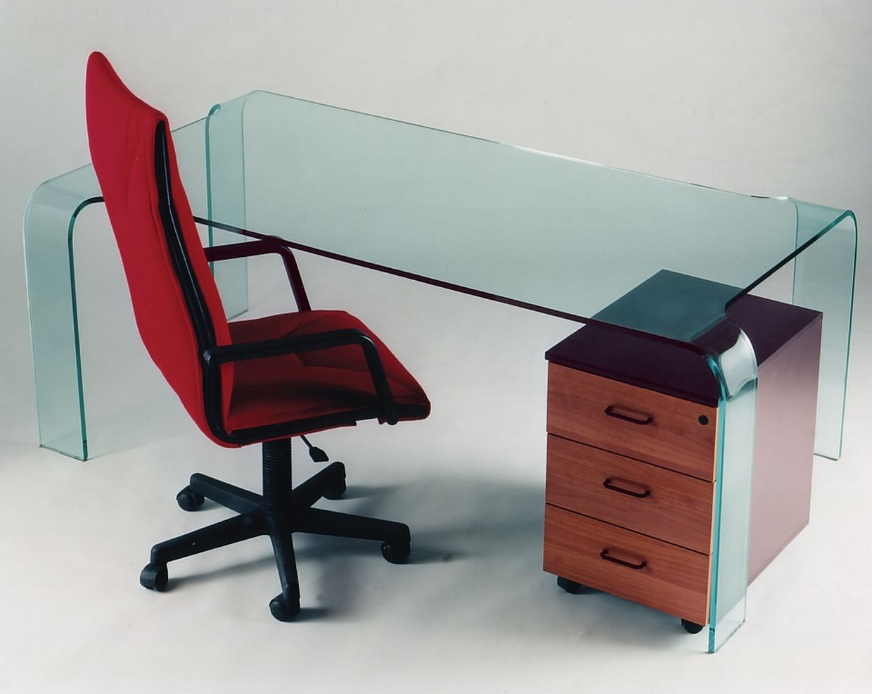 Produzione scrivanie in vetro vetrotec l arte della lavorazione